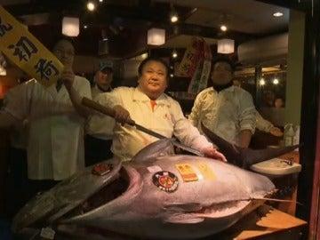 Frame 0.0 de: Un empresario japonés compra un atún rojo de 212 kilos por 605.000 euros