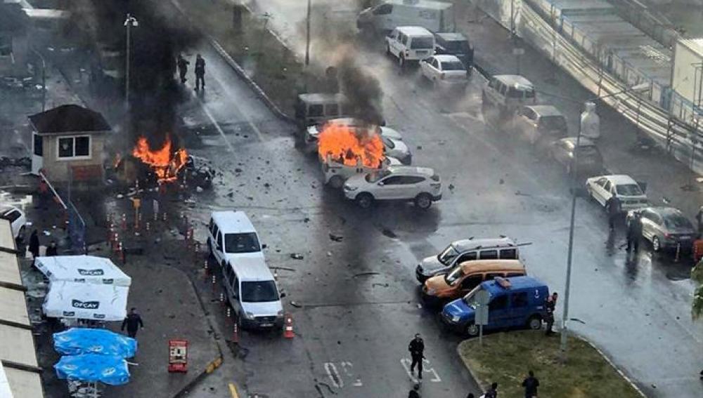 Dos muertos y dos atacantes abatidos por la policía tras la explosión en Esmirna