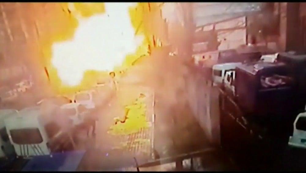 Frame 7.954651 de: Dos muertos y dos atacantes abatidos por la policía tras explosión en Esmirna