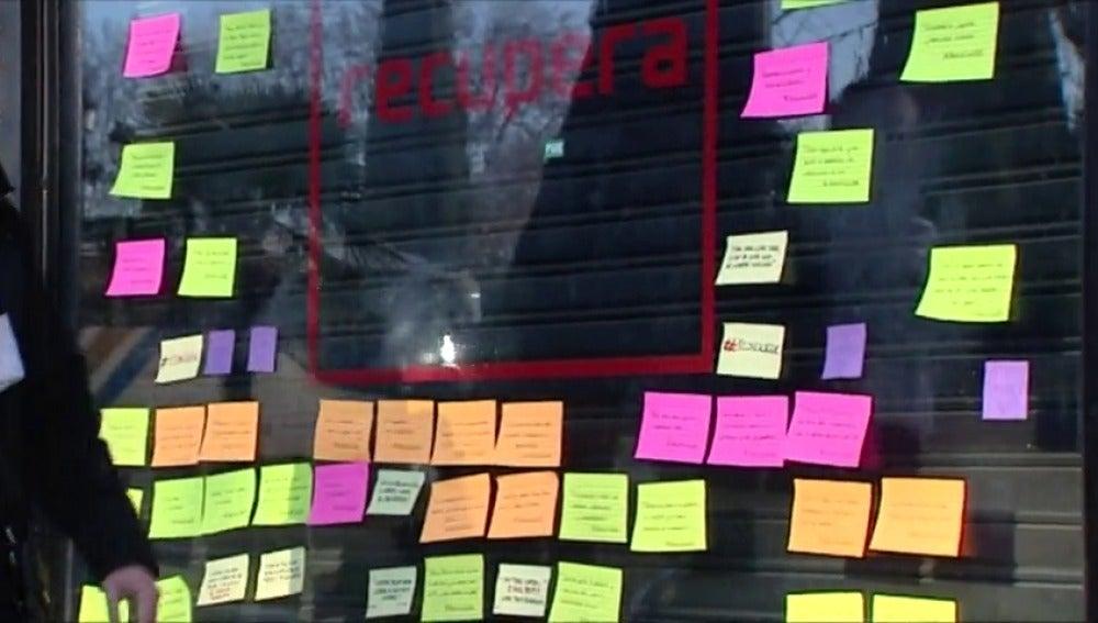 Frame 7.884311 de: Los críticos socialistas mantienen que abrirán el local de Ferraz aunque retiran de la fachada la palabra 'PSOE'