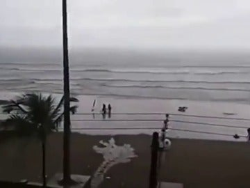 Frame 4.157655 de: Un rayo impacta en una joven mientras paseaba por una playa en Brasil