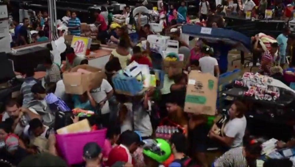 Frame 10.603401 de: Tres muertos en las protestas en México por la subida de las gasolinas
