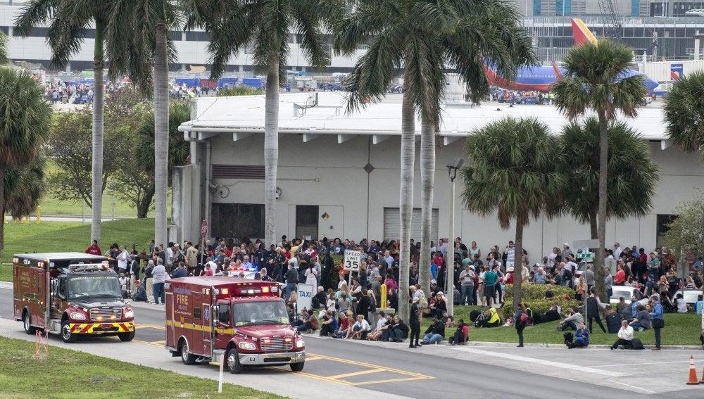 Ambulancias esperan afuera del Aeropuerto Internacional de Fort Lauderdale, Florida