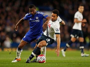 Obi Mikel en un partido con el Chelsea frente al Tottenham