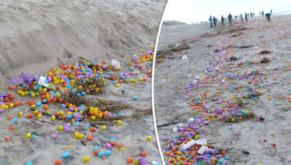 Huevos Kinder esparcidos en una playa