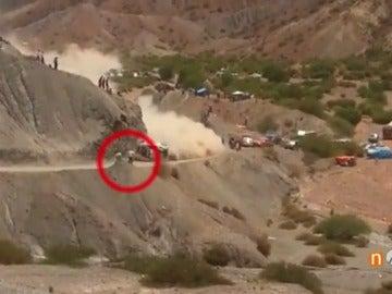 Frame 28.795555 de: El espeluznante vídeo de los aficionados que casi atropella Carlos Sainz en el Dakar