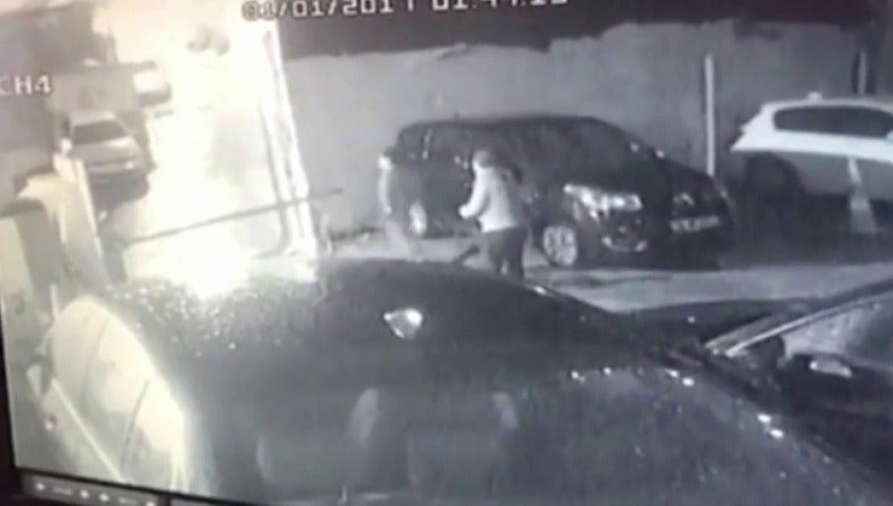Frame 20.266666 de: Nuevas imágenes del supuesto terrorista de Estambul grabado por una cámara de seguridad de un aparcamiento.