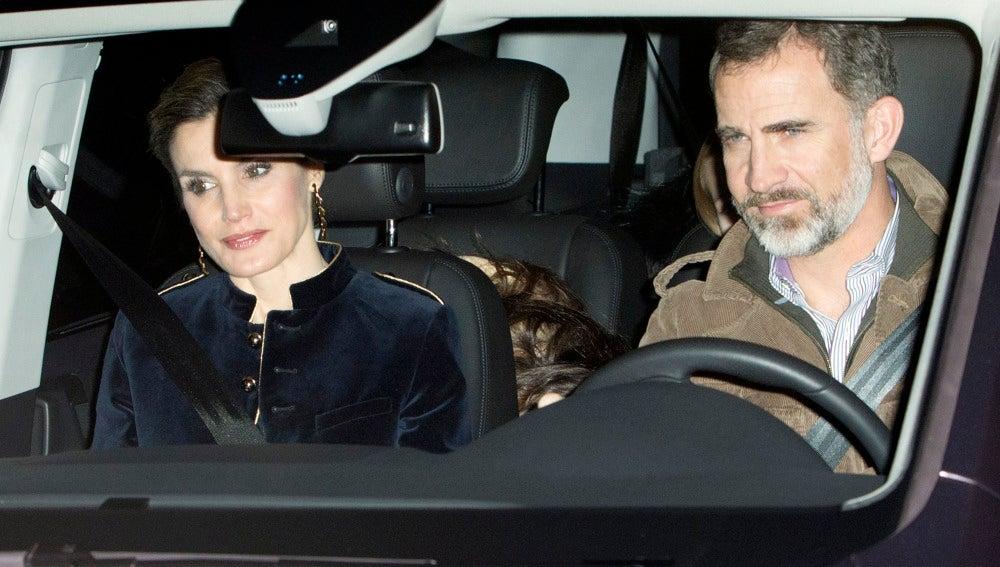 Los Reyes de España llevan a una misteriosa mujer en la parte trasera de su coche