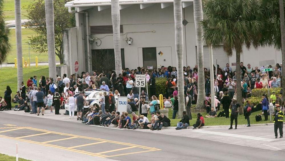 Gente a las afueras del aeropuerto de Fort Lauderdale