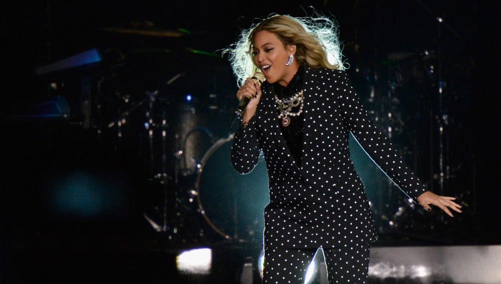 Beyoncé durante su actuación en el evento de apoyo a Hillary Clinton