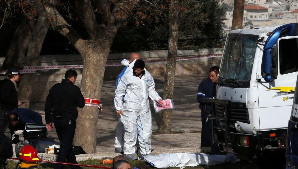 Las fuerzas israelíes trabajan en el lugar donde el camión a irrumpido causando muertos y heridos en Jerusalén