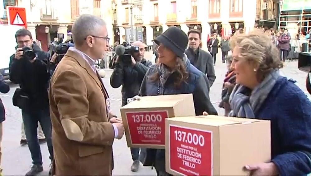 Frame 12.056266 de: Los familiares de las víctimas del Yak – 42 presentan más de cien mil firmas para exigir la destitución de Trillo