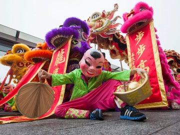 Artistas chinos actúan durante las celebraciones