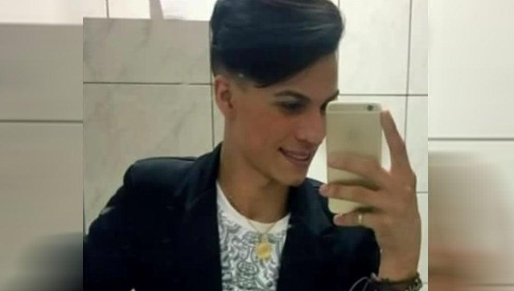 Imagen del joven asesinado por su propia madre en Brasil