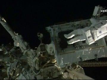 Frame 2.419558 de: Los astronautas de la Estación Internacional se dan una segunda caminata espacial