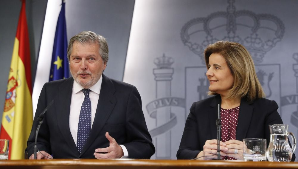 El ministro de Educación, Cultura y Deportes y Portavoz, Íñigo Méndez de Vigo, y la ministra de Empleo y Seguridad Social, Fátima Báñez, durante la rueda de prensa