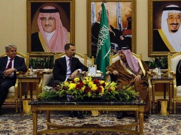 El Rey Felipe y el príncipe Faisal Bin Bandar