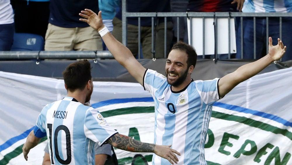 Higuaín celebra un gol con Messi