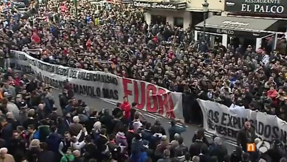 La afición del Valencia, unida contra Peter Lim
