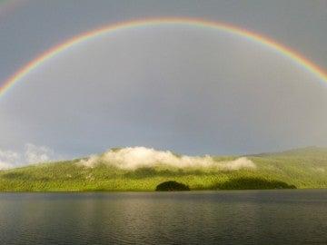 Los arcoíris se producen cuando la luz atraviesa las gotas de agua de lluvia