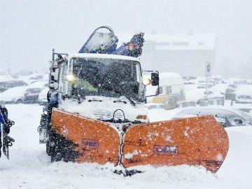 Una máquina quitanieves retira la nieve