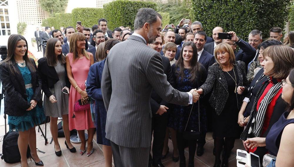El Rey saluda al colectivo de españoles en Arabia Saudí