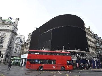 Los luminosos de Piccadilly en Londres, apagados