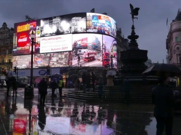 Frame 0.0 de: Londres 'apaga' Picadilly Circus por primera vez desde la II Guerra Mundial para modernizar sus paneles publicitarios