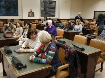 Los familiares de las víctimas del Yak 42 esperan en una sala del Congreso