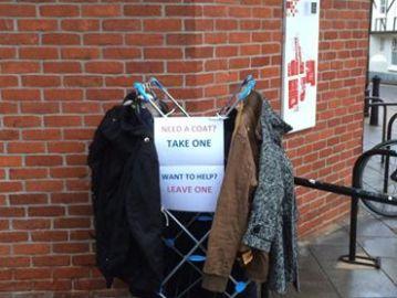Una mujer reúne ropa de abrigo para la gente sin hogar