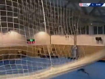 Frame 10.093719 de: El exceso de nieve ha estado a punto de causar una tragedia en un polideportivo