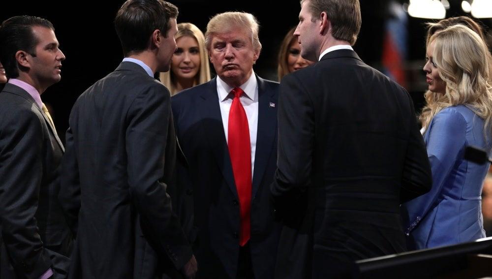 Donald Trump junto a sus hijos