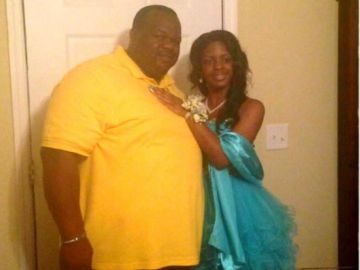 Charles Manigo junto a la que creía que era su hija Alexis Kelly