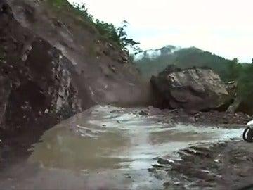 Frame 14.695987 de: Las inundaciones y desprendimientos obligan a desalojar viviendas y provocan cortes de carreteras