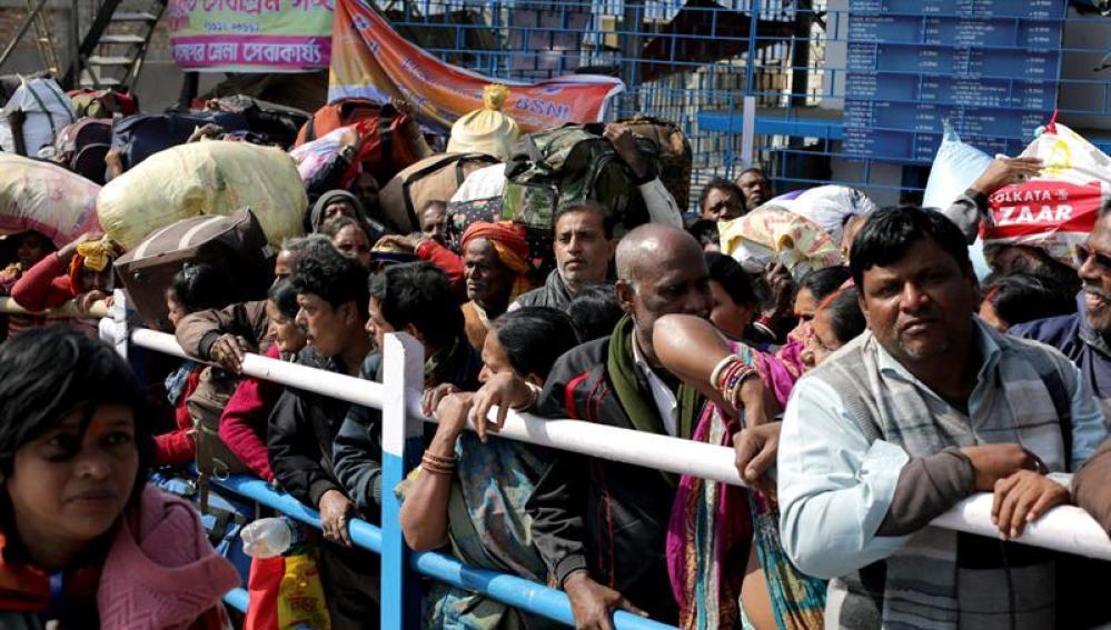 Aglomeración en los barcos que transportaban a las personas desde la isla