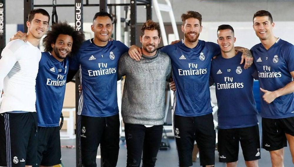 David Bisbal visita a la plantilla del Real Madrid en el entrenamiento