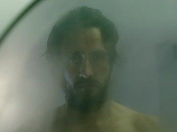 Rodrigo atormenta a Álex ante el espejo