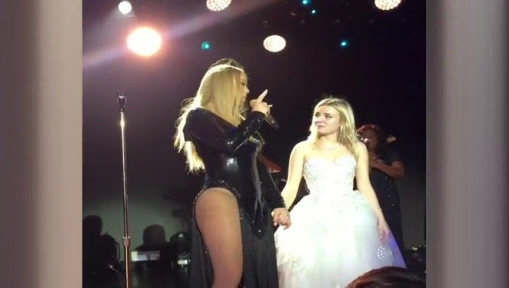 Frame 11.106993 de: Mariah carey se sube de nuevo a los escenarios pero en una fiesta privada