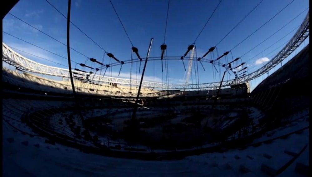 Frame 29.255141 de: Termina el izado del anillo superior de la cubierta del Wanda Metropolitano