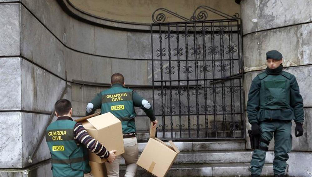 Agentes de la Guardia Civil registran la sede de la UGT en Oviedo