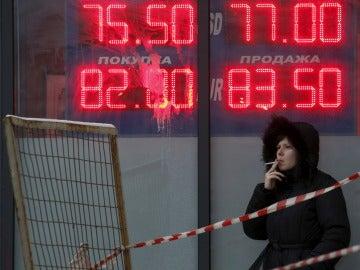 Una mujer fumando en Rusia