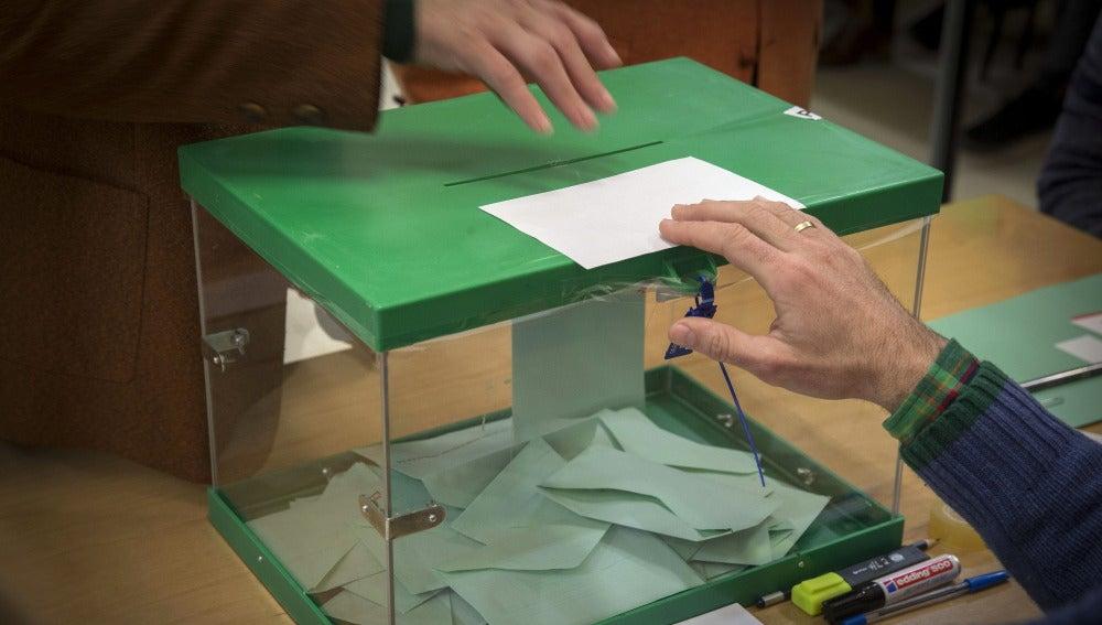 Un ciudadano ejerce su derecho a voto introduciendo la papeleta en la urna