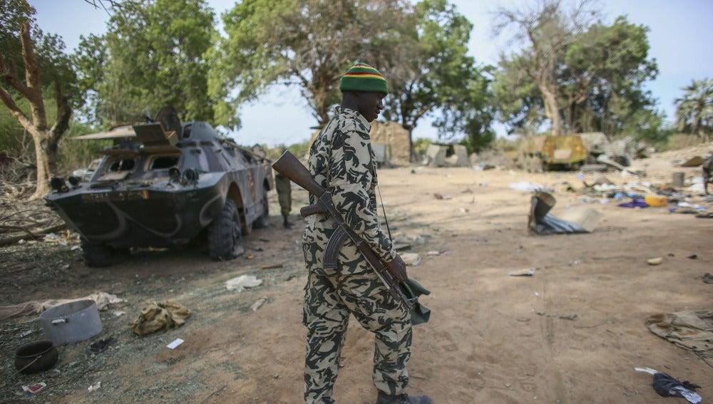 Un soldado maliense en un campamento militar arrasado en un ataque