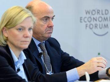 El ministro de Economía, Industria y Competitividad, Luis de Guindos, y la ministra sueca de Finanzas, Magdalena Andresson, participan en una mesa redonda en Davos