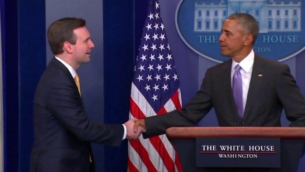 Frame 35.324865 de: Obama sorprende al portavoz de la Casa Blanca en la sala de prensa para agradecer sus servicios