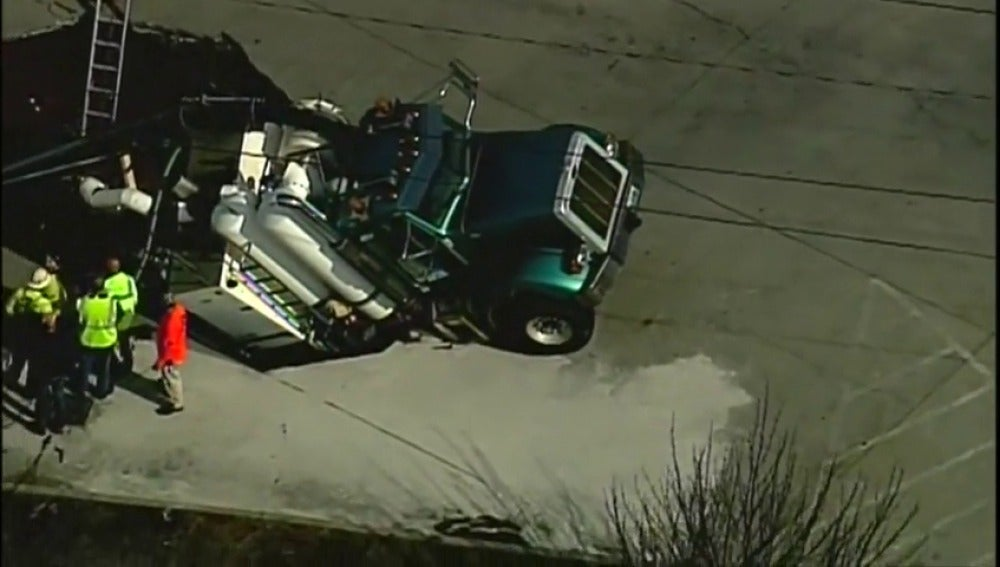 Frame 13.662222 de: Un camión de gran tonelaje se hunde en un gran socavón