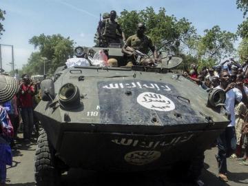 Soldados nigerianos muestran uno de los vehículos armados incautados a los insurgentes de la secta islamista Boko Haram