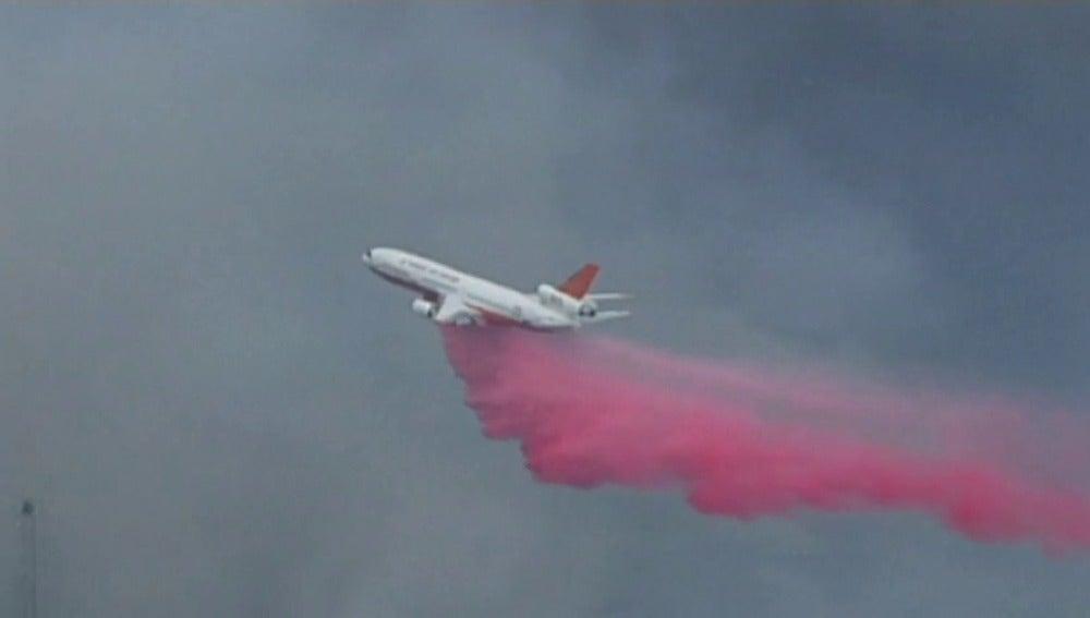 Frame 38.435587 de: El fuego obliga a desalojar viviendas y a usar aviones en las tareas de extinción