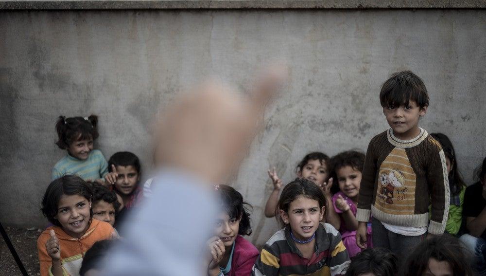 Niños atienden a una clase en un campo de refugiados turco