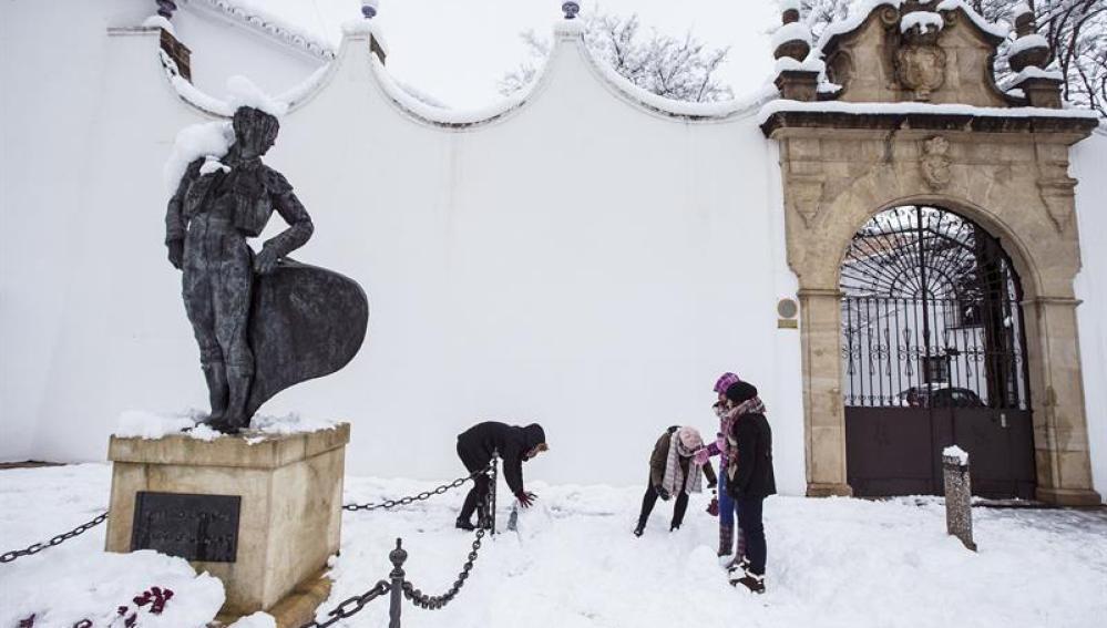 Unos jóvenes hacen un muñeco de nieve en Ronda, Málaga